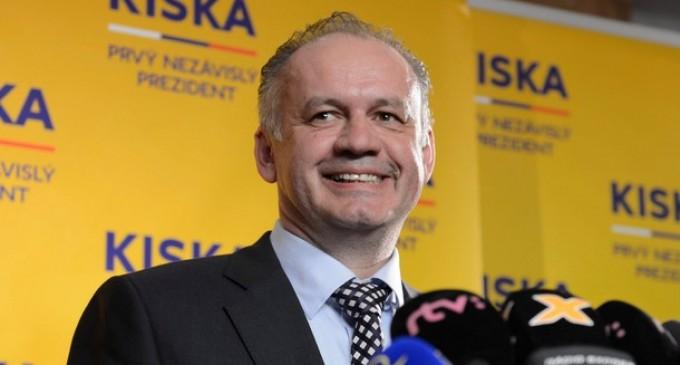 Президентът на Словакия дари първата си заплата на 10 бедни семейства