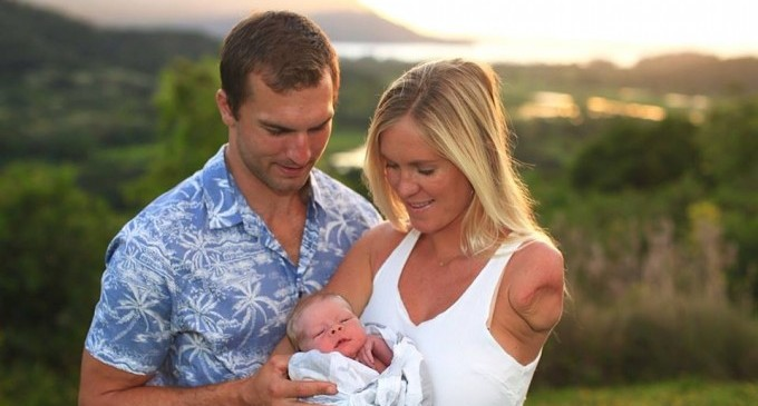 Едноръката сърфистка дари съпруга си със син